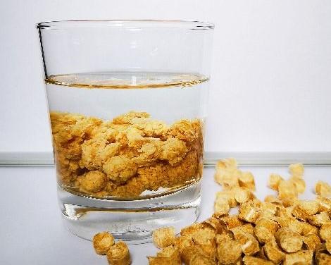 Pellet w szklance wody